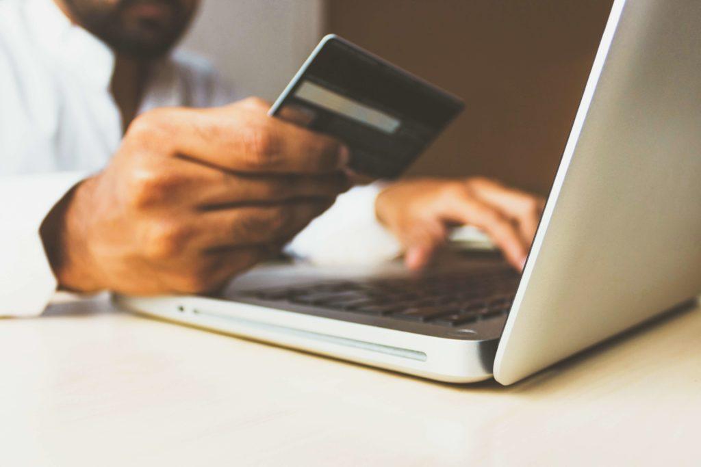 学生がクレジットカードを利用する際の注意点